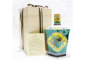 岐阜県恵那市のお客様から響21年九谷焼青手吉祥文六角瓶を宅配買取させて頂きました。